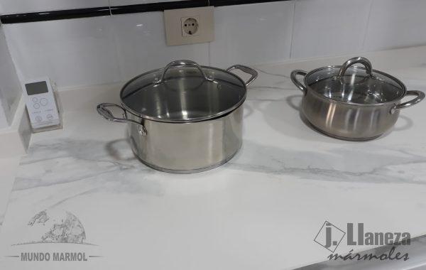 CookingRak en Calacatta mate con canto ingletado